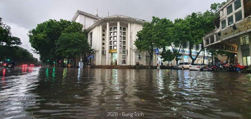 Khu phố cổ nước ngập ngang đầu gối, người dân đành chờ nước rút mới dám ra đường.