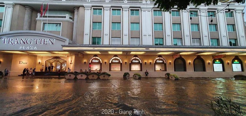 Theo ghi nhận, mưa lớn ở nhiều khu vực nội thành Hà Nội. Trước đó, trời chuyển giông nhanh khiến nhiều người không kịp trở tay.