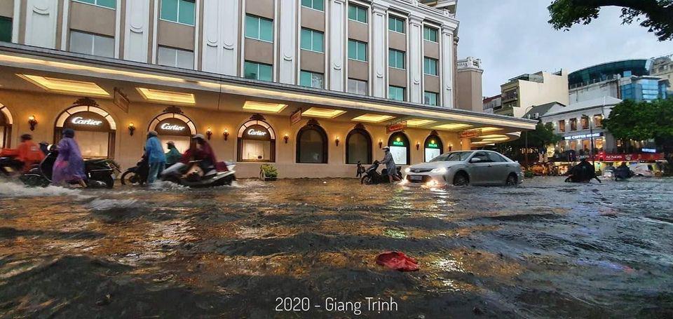 Cơn mưa đầu thu bất ngờ trút xuống, phố phường Hà Nội ngập trong biển nước 11
