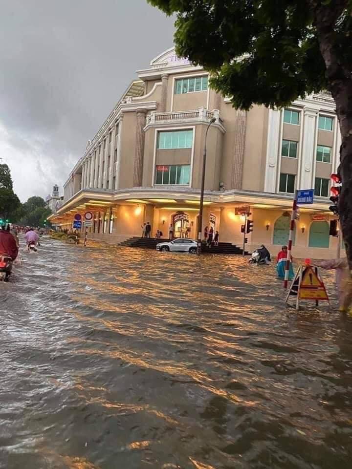 Cơn mưa đầu thu bất ngờ trút xuống, phố phường Hà Nội ngập trong biển nước 12