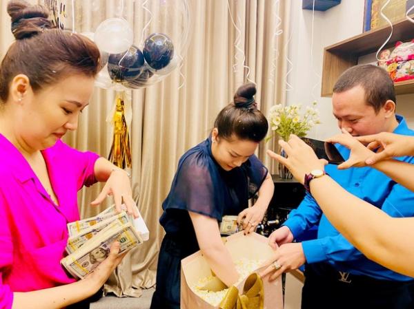 Nhật Kim Anh 'vất vả' đếm tiền