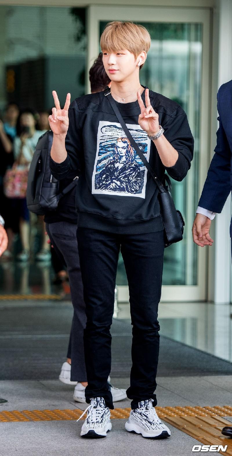 Top 4 nam thần tượng Kpop có thân hình đẹp nhất ngoài đời: Sehun (EXO) hệt như nam chính truyện tranh 14