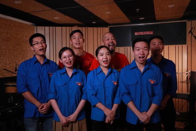 Ca sĩ Ngọc Khuê và hơn 50 nghệ sĩ Hà Nội cùng hát 'Ngày mai lại tươi sáng', tiếp thêm niềm tin cho Đà Nẵng, Quảng Ngãi và cả dân tộc Việt Nam 7