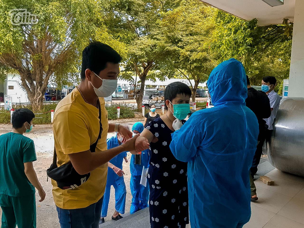 Cán bộ y tế, các bác sĩ dặn dò bệnh nhân trước khi về nhà