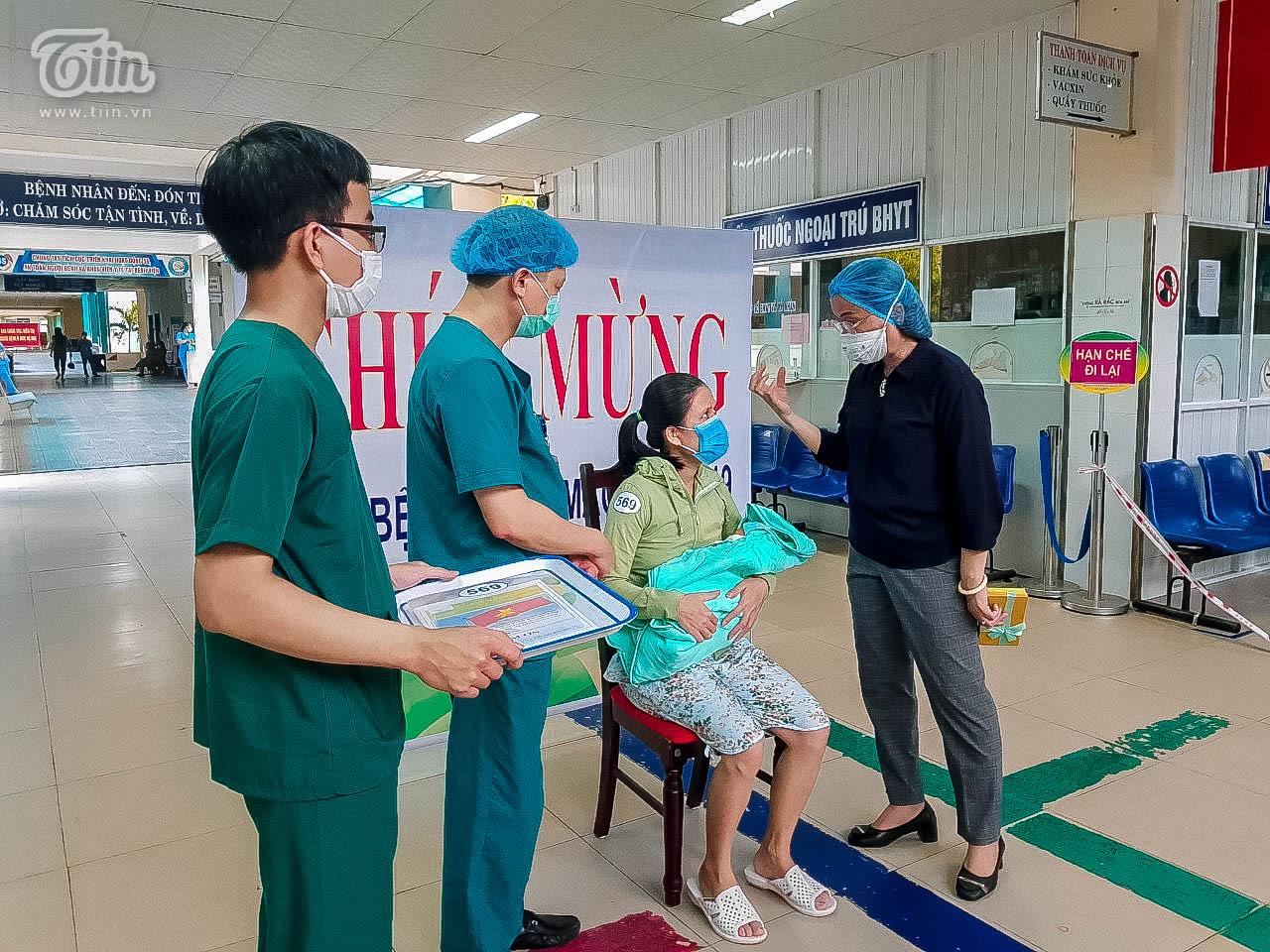 Thêm 16 bệnh nhân Covid-19 ở Đà Nẵng khỏi bệnh, sản phụ nhiễm bệnh đã xuất viện cùng con 4