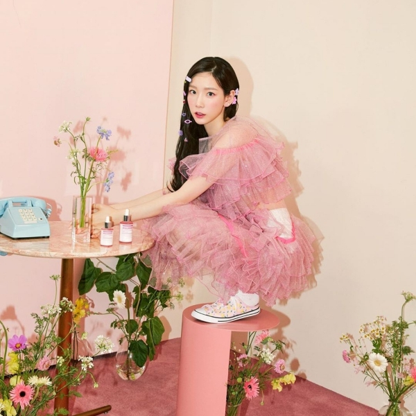 Nhiều năm qua, Tae Yeonlà sao trẻ tiên phong cho nhiều trào lưu và xu hướng. Mới đây cô lại khiến hội chị em 'sốt sắng' với kiểu tóc được nhấn nhá bằng những chiếc kẹp nhỏ xinh nhiều màu sắc, kết hợp với set áo váy mang sắc hồng trở thành combo hoàn hảo, tôn lên nhan sắc trẻ trung của nữ Idol.