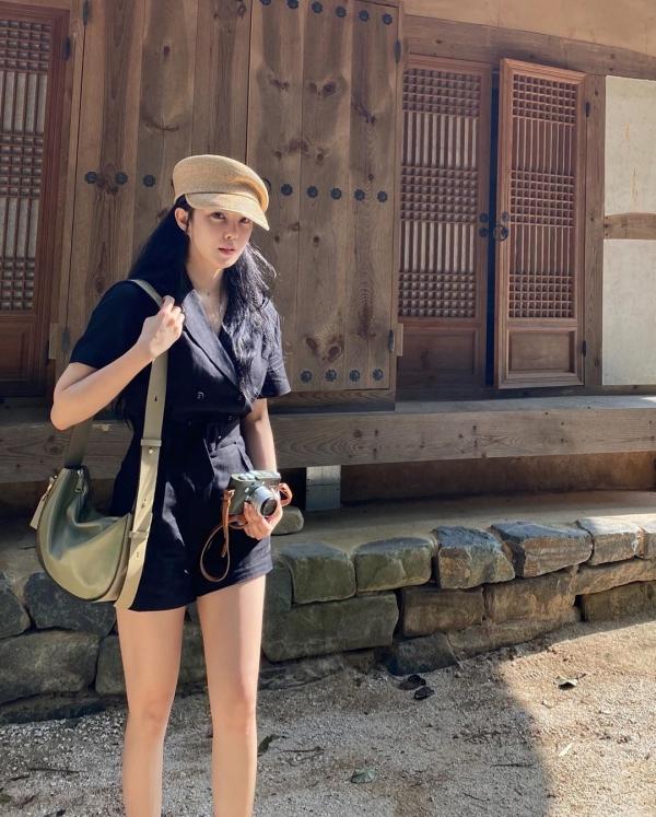 Chỉ là sơ vin áo rất đơn giản thôi nhưng Hyomin lại cho thấy sự thông minh trong cách biến tấu quần áo của mình, vừa nhấn vào vòng eo mi nhon, item trên và dưới lại đồng màu nên tạo cảm giác cao hơn.
