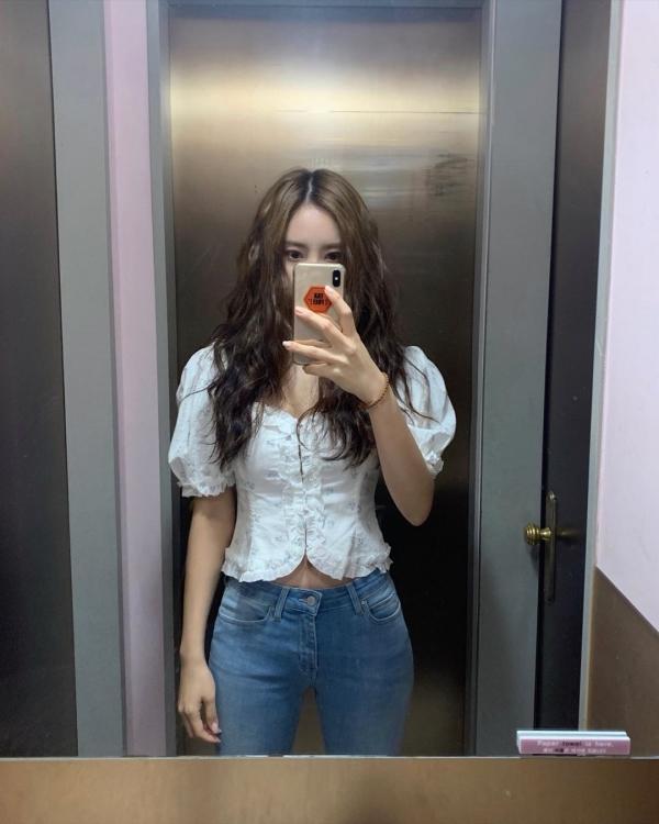 Khi bạn không biết hôm nay nên mặc gì ra đường thì 1 set đồ kết hợp giữa áo tay bồng he hé vòng 2 kết hợp cùng skinny jeans như Hyomin rất đáng để cân nhắc.