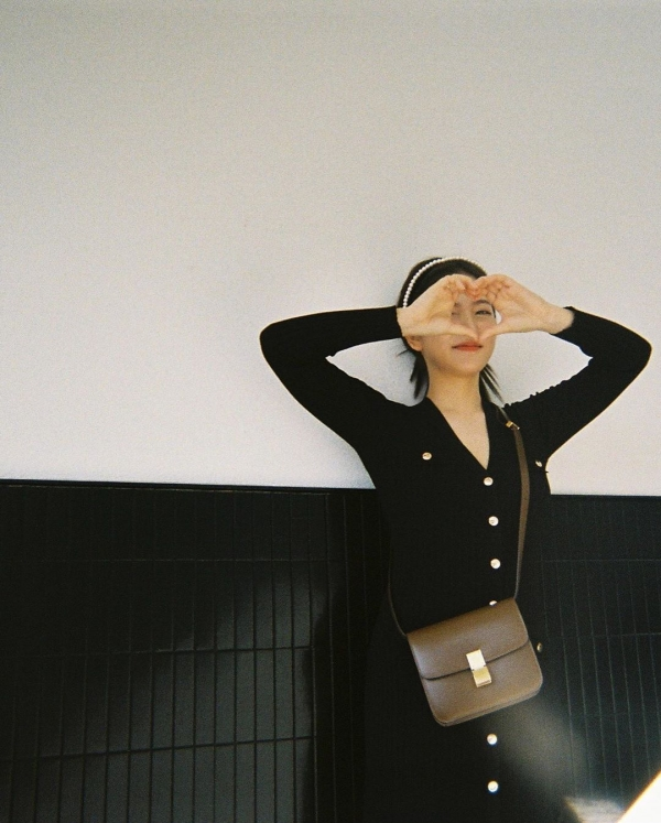 Tạm biệt những bộ quần áo, váy đầm rộng thùng thình đúng là cách thông minh nhất để Yeri nâng cấp style thời trang của mình! Chiếc đầm dài cổ chữ V với chất len ôm sát vào dáng vóc của nữ Idol nhóm Red Velvet, khoe được đường cong nóng bỏng và không 'dìm' Yeri như mọi khi. Ngoài ra, cô còn phối thêm chiếc bờm đính hạt xinh xắn, làm đậm đà thêm phong cách vintage cho set đồ.