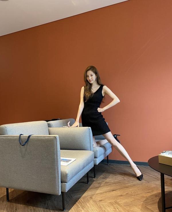 Chiếc đầm bodycon giúp Seo Hyun tự tin khoe dáng chuẩn S-line của mình. Để tạo sự đồng bộ với chiếc đầm, cô chỉ phối thêm đôi giày cao gót đen thanh lịch, sang chảnh.
