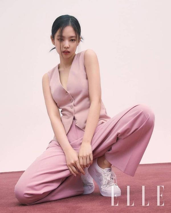 Nếu để ý thì dạo gần đây Jennie rất mê mặc vest, phải chăng đây sẽ là xu hướng thời trang sắp tới chăng? Ngoài ra, cô nàng cũng gợi ý cách mặc áo vest trẻ trung với sắc hồng.