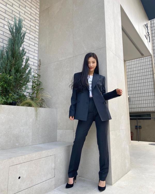 Công thức dễ nhất khi diện suit là mix cùng những item đơn giản, có màu sắc cơ bản. Với Joy thì cô nàng diện cả bộ suit kẻ sọc, kết hợp với áo thun và giày cao gót đen thanh lịch.