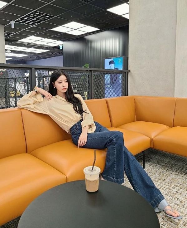 Quần jeans ống rộng vừa giấu chân to hiệu quả, lại chưa khi nào lỗi thời cả. Ưu điểm của chiếc quần này còn nằm ở việc dễ mix&match, như Mijoo sơ vin với áo blouse thôi vẫn xinh đẹp 'nức nở'.