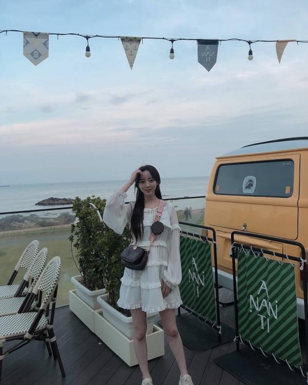 Trong Lovelyz, ngoài Mijoo ra thì cách ăn mặc của Kei cũng rất đáng để cánh chị em học hỏi. Cô nàng này chủ yếu theo style dễ thương nhưng không thiếu sự cá tính. Giống như với chiếc đầm nhiều tầng này, Kei kết hợp thêm chiếc túi đeo chéo bụi bặm nên không bị quá 'bánh bèo' đâu.