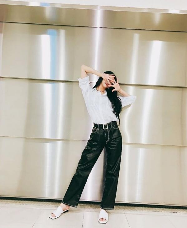 Sơ vin áo blouse, nhấn vào eo với thắt lưng và chọn giày 'tông xuyệt tông' là cách thường được Mijoo dùng khi phối đồ với quần ống rộng. Cô nàng cũng có thói quen chọn những kiểu quần có độ rộng vừa phải, tạo hiệu ứng 'hack chân'.