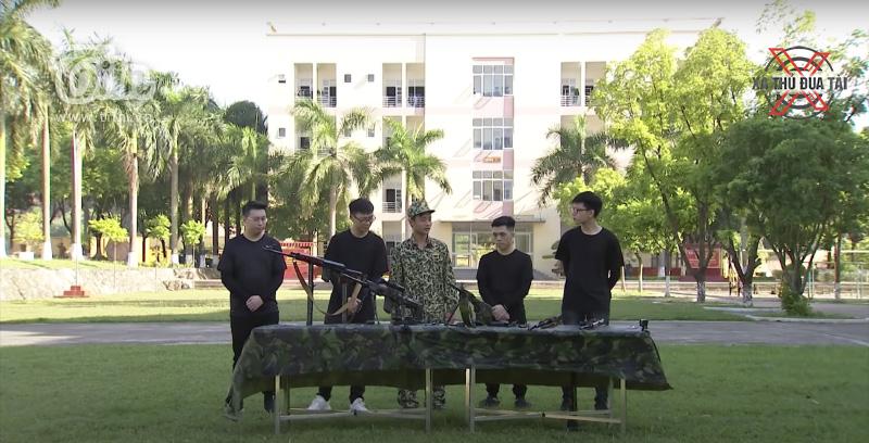 Đội Kim Hoả và đội Khoá Nòng nghe HLV hướng dẫn sử dụng súng