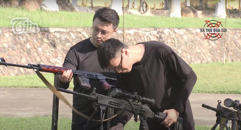 Kiên Pino và Thuận Snake chăm chú lắp súng