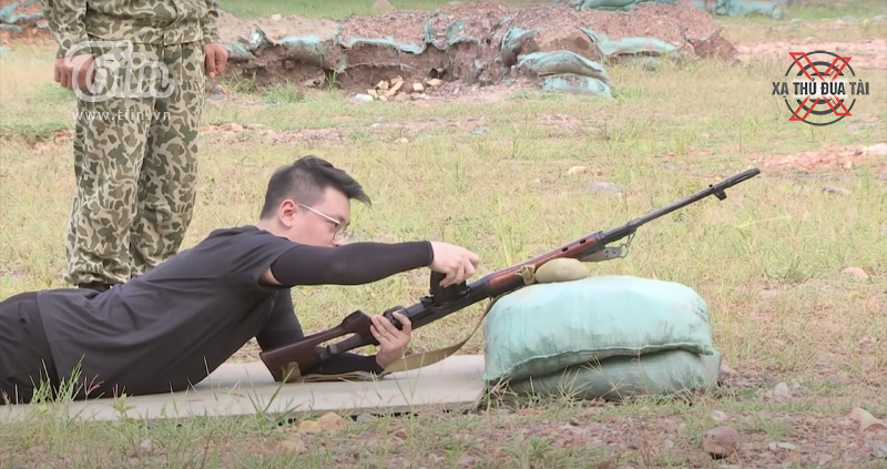 Pino có chút bối rối ở khâu lắp hộp tiếp đạn