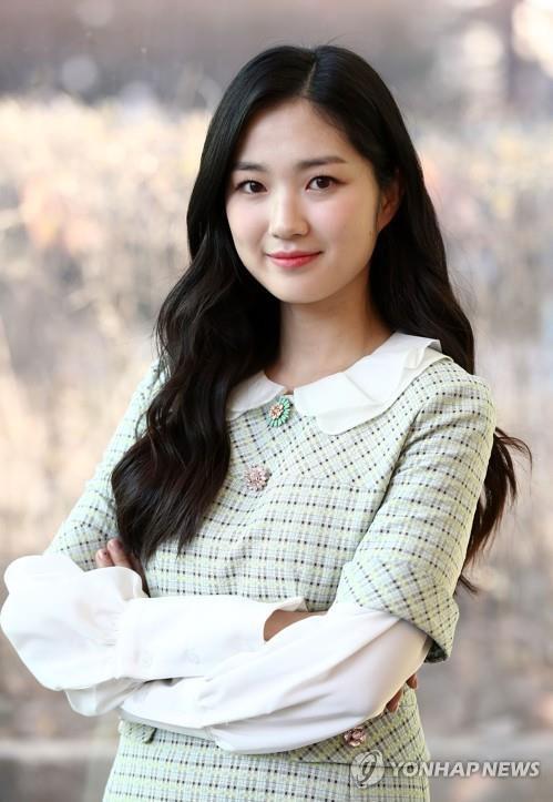Theo nguồn tin, Kim Hye Yoon sẽ thủ vai nữ chính. Vấn đề là trước đó Jisoo cũng được xác nhận sẽ đảm nhận vai nữ chính trongSnowdrop,phải chăng đây là sự 'bất nhất' của ekip hay bộ phim sẽ có nhiều nữ chính với những tuyến nội dung khác nhau?