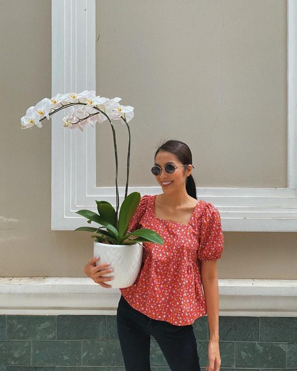 Chiếc áo hoa nhí cổ vuông được nữ diễn viên khéo léo kết hợp với quần skinny tối giản.