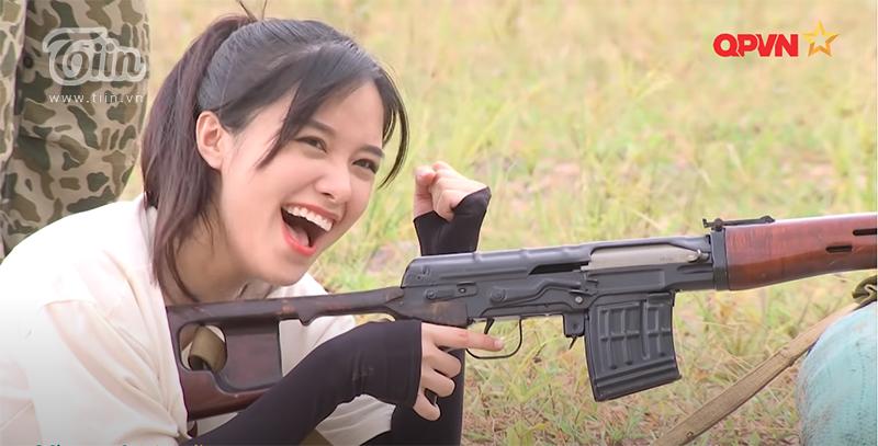 Phương Thuý tươi cười khi bắn trúng mục tiêu