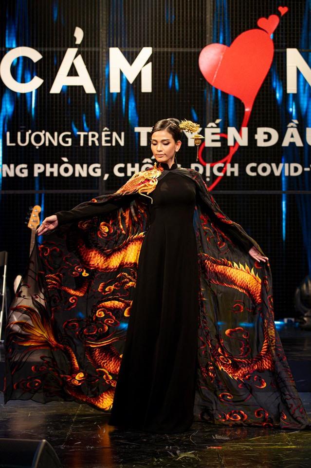 Áo dài 'Rồng Việt'của Trương Thị May diện tại Cannes đấu giá 220 triệu đồng 1