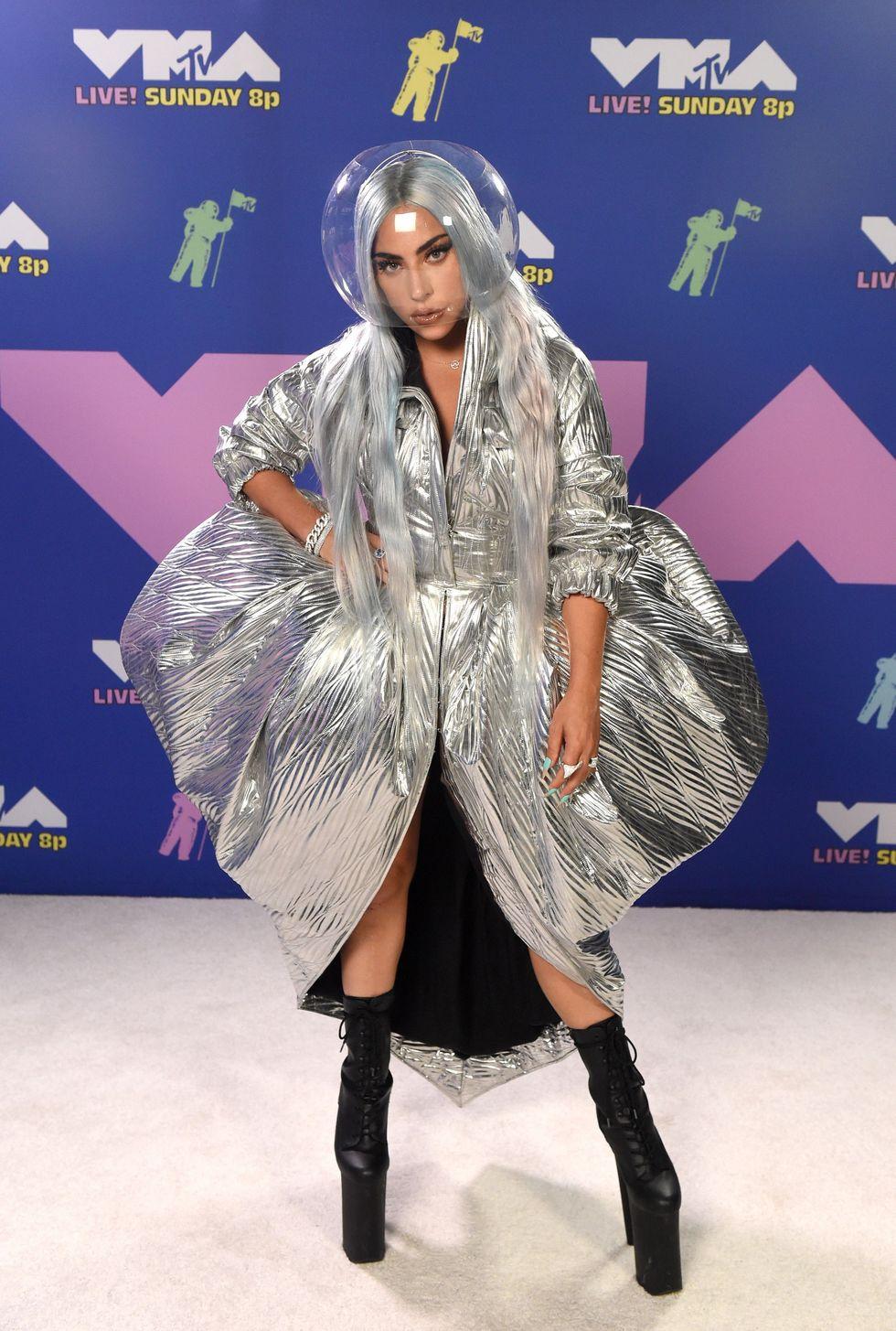 Trên thảm trắng của lễ trao giải, Lady Gaga tái hiện hình ảnh moon man - biểu tượng của VMAs nhờ trang phục đến từ Area. Cô nàng còn đội chiếc mũ bảo hiểm trong suốt của thương hiệu Muscarella để đảm bảo quy tắc phòng dịch. Chiếc bốt cao ngất ngưởng của Pleasers khiến nữ ca sĩ trở nên ấn tượng hơn.