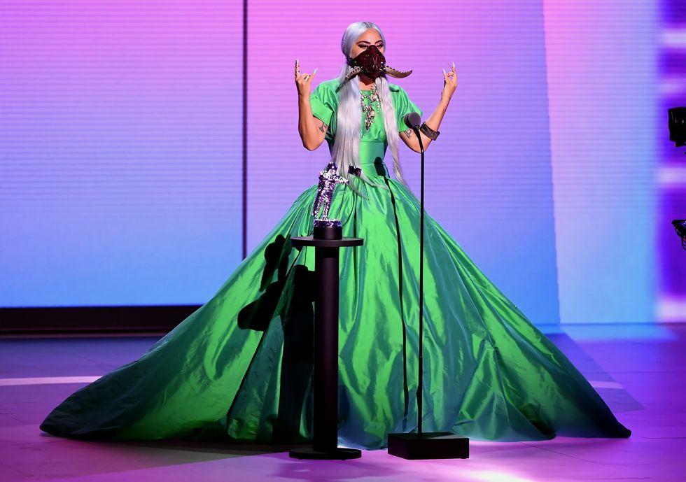Một bộ cánh lộng lẫy đến từ thương hiệu Christoper John Rogers, được Gaga kết hợp với mặt nạ của Lance V Moore. Cô tin rằng trong thời gian tới, bản thân sẽ là người khởi xướng trào lưu mặt nạ thời trang tại các sự kiện nghệ thuật.