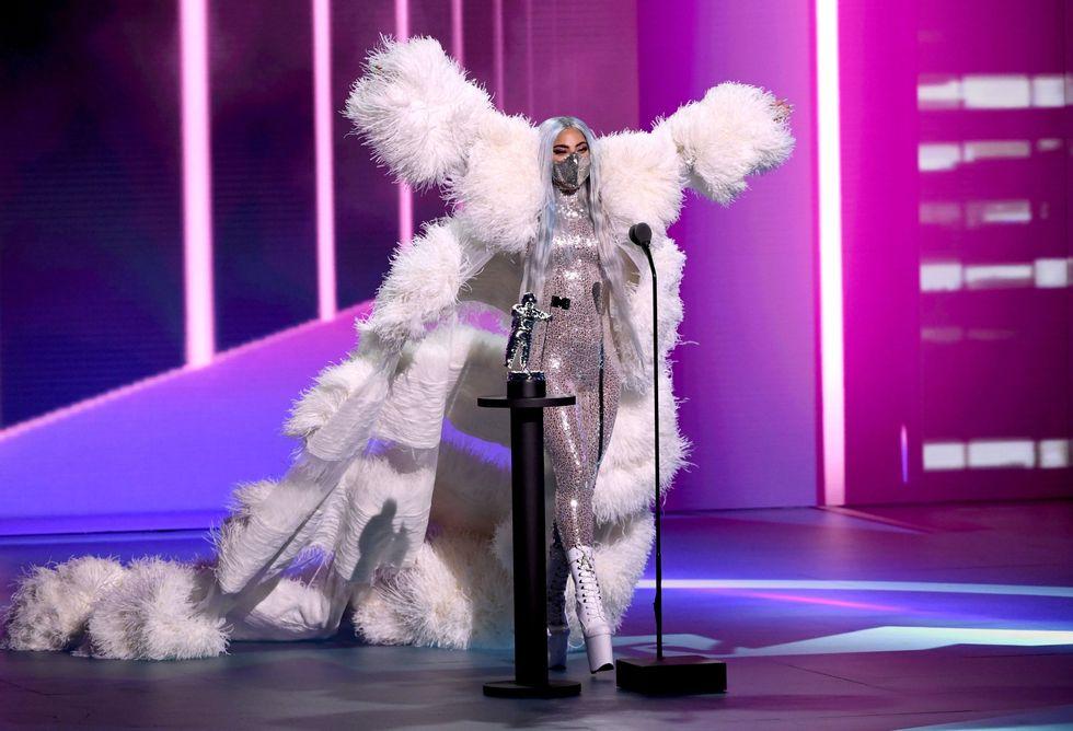 Lady Gaga sải bước như tiên giáng thế trong thiết kế ánh bạc kèm lông vũ đến từ nhà thiết kế Valentino khi nhận giải thưởng tiếp theo.