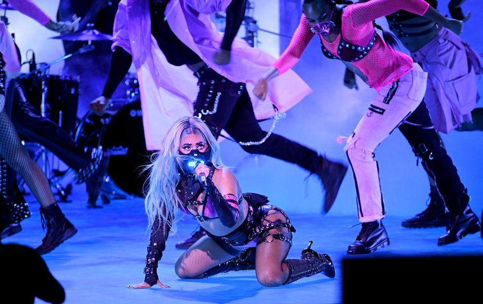 Ngay sau đó, cô nhanh chóng đổi sang phiên bản màu hồng của nhà mốt Deadly Fetish Couture.