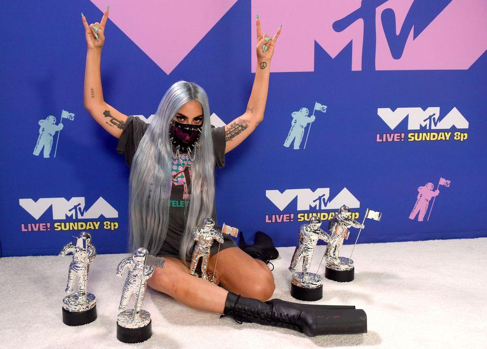 Cuối cùng, kết lại đêm giải, Lady Gaga tạo dáng với 4 giải thưởng trong chiếc áo phông đơn giản in logo MTV và 'giày khủng bố' của Pleasers.