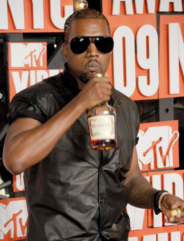 Kanye West uống rượu trên thảm đỏ VMAs 2009.