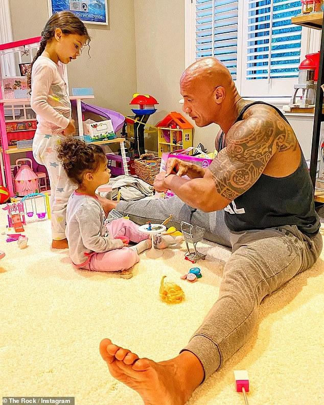The Rock được biết tới là người luôn chăm lo chu đáo cho vợ và các con.