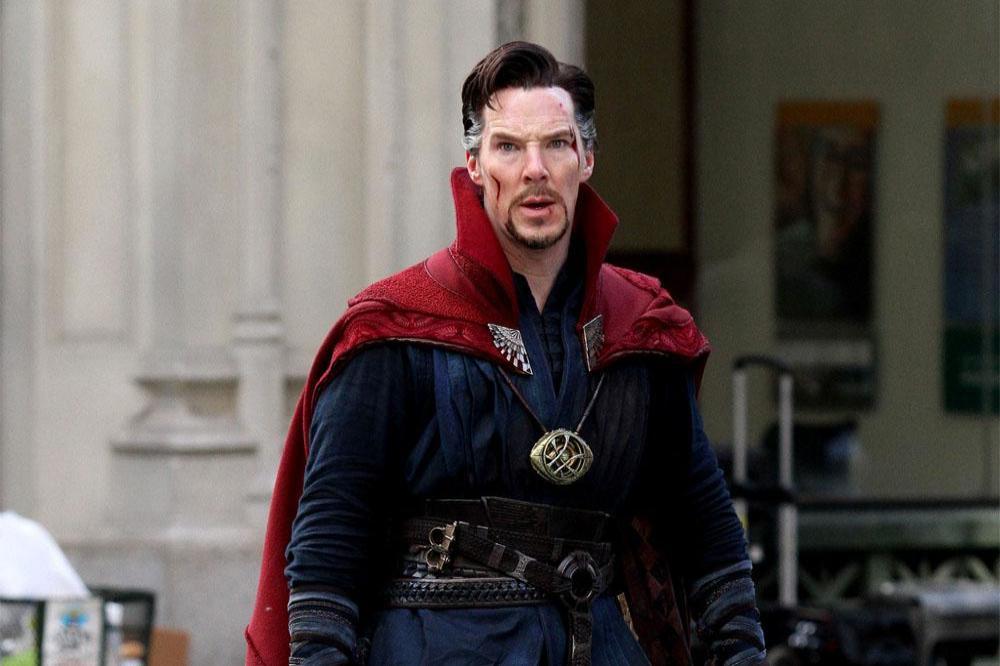 Sao Hollywood làm người hùng đời thực: Tom Holland giúp fan thoát hiểm, Benedict Cumberbatch cứu người bị đánh hội đồng 1