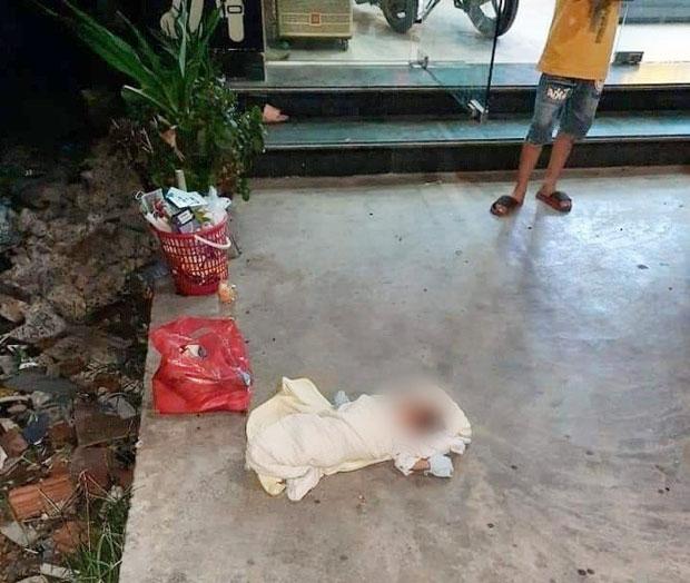 Bé gái bị bỏ rơi trước cửa hàng điện thoại ở Hải Phòng...