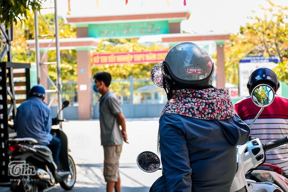 Thời tiết giao mùa nhưng những ngày diễn ra kì thi tốt nghiệp đợt 2 ở Đà Nẵng nhiệt độ bỗng tăng mạnh. Liên tiếp trong các ngày từ 01-04/9, trời nắng gay gắt đã ảnh hưởng không nhỏ đến tâm lý của các sĩ tử.