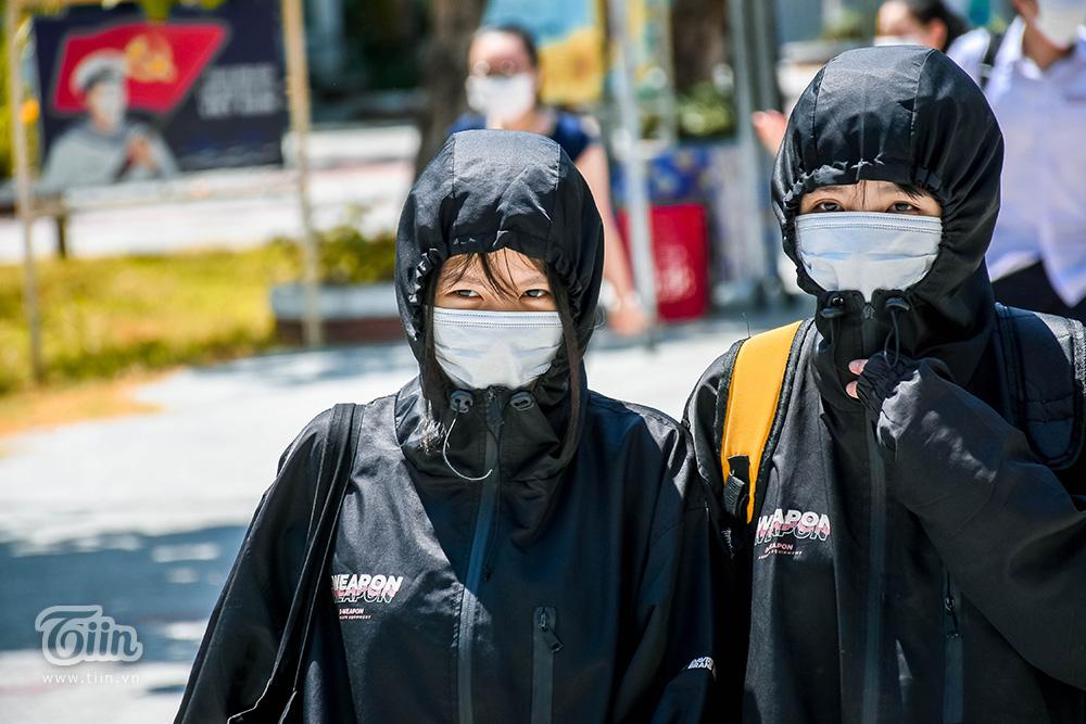 Sau 3 tiếng hoàn thành bài thi tổ hợp, thí sinh hóa 'ninja' ngay sau khi rời phòng thi để tránh đi ánh nắng gay gắt. Nền nhiệt trên 35 độ C khiến không ít sĩ tử mệt mỏi, đuối sức.