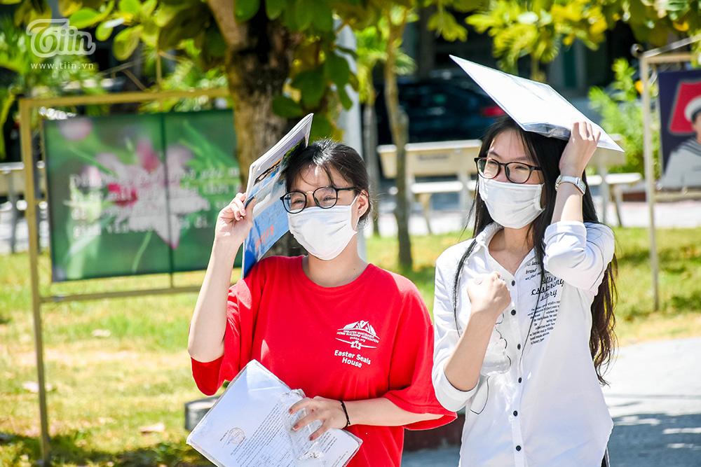 Nhiều thí sinh tại điểm thi THPT Nguyễn Hiền cho biết không được mang đề thi về nhà.