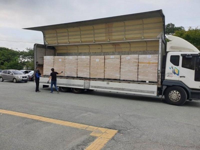 Hình ảnh chiếc xe tải chở 35000 album được đăng tải.