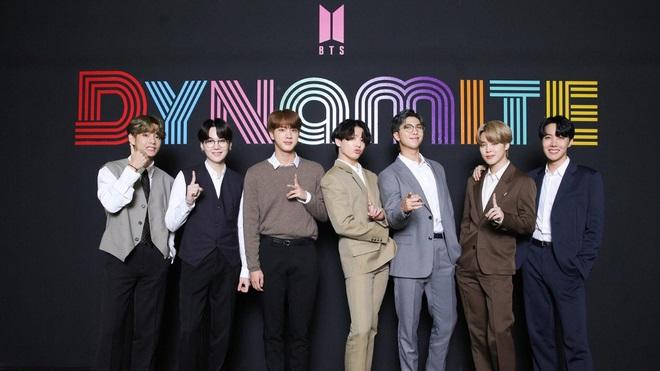 BTS tại buổi họp báo sau khi đạt NO.1 HOT 100 Billboard