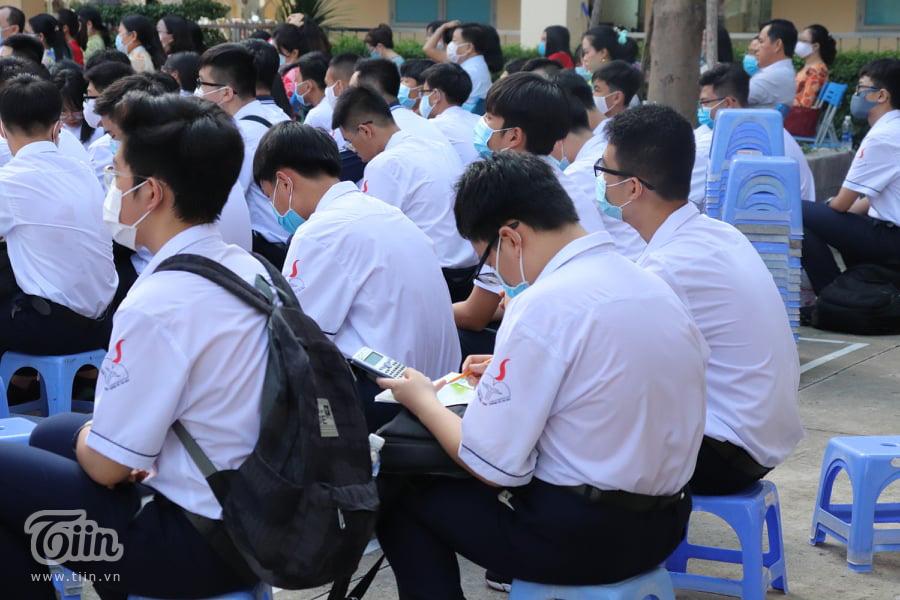 Nam sinh lớp 10 mang theo sách vở đến lễ khai giảng với mong muốn đạt học sinh giỏi 0