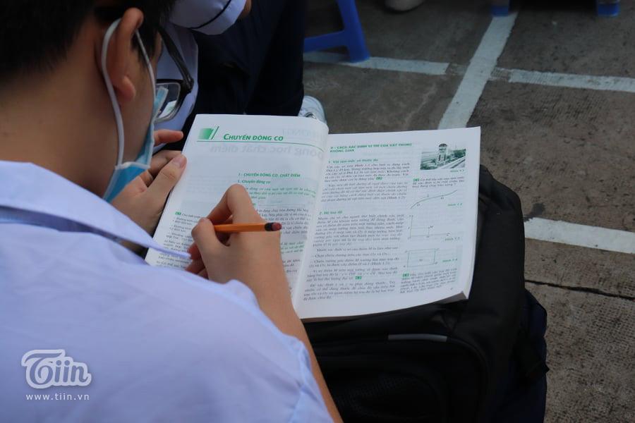 Nam sinh lớp 10 mang theo sách vở đến lễ khai giảng với mong muốn đạt học sinh giỏi 1