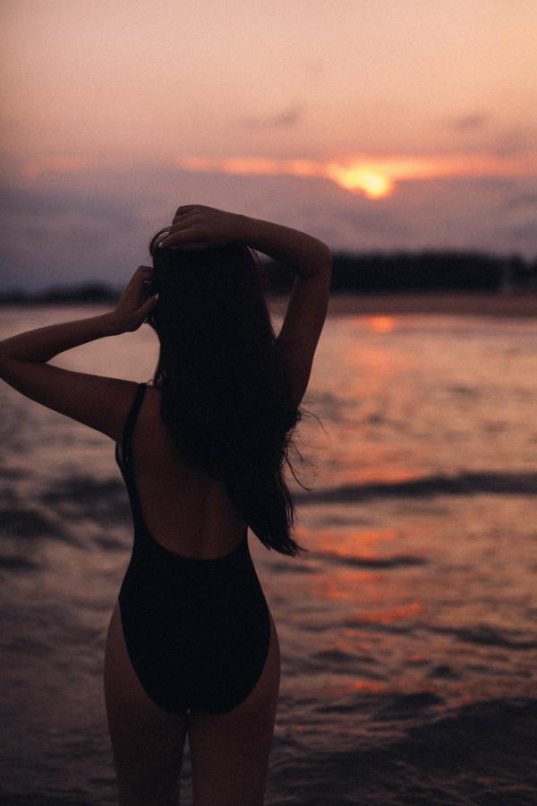 Phạm Quỳnh Anh diện bikini, thả dáng quyến rũ giữa biển 2
