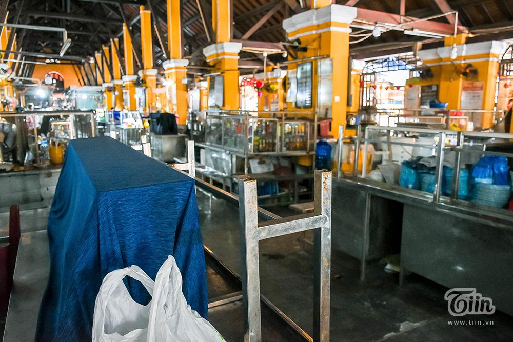 Phục vụ khách du lịch chủ yếu nên khu ẩm thực chợ Hội An những ngày này chỉ có một số ít hàng hoạt động.