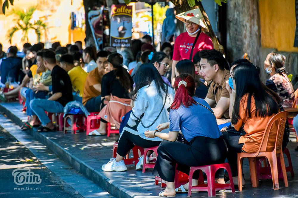 Khu vực quán nước giải khát đường Bạch Đằng - Nguyễn Thái Học thu hút nhiều bạn trẻ tập trung.