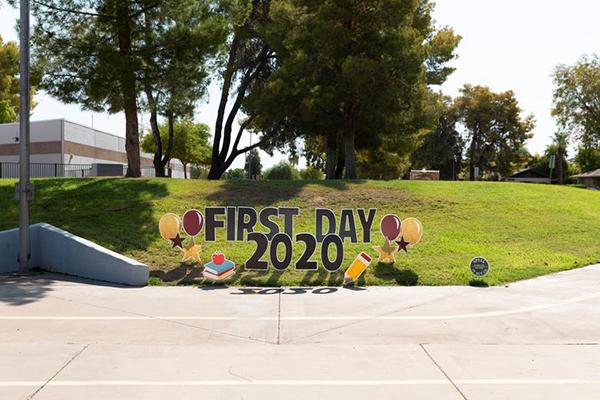 Tấm biển chào đón học sinh trở lại các lớp học trực tiếp tại trường trường Tiểu học Rover.