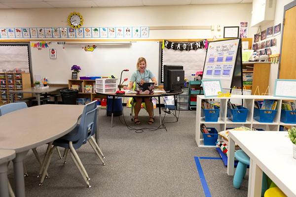 Cô Alexa Callander, trường Tiểu học Rover ở Tempe, Arizona trong lớp học vắng học sinh, đang dạy trực tuyến cho những em phải ở nhà tại những khu vực bị hạn chế.