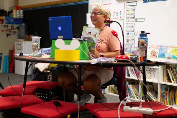 Cô Deb Breeze, giáo viên trường trường Tiểu học Rover ở Tempe (Arizona) tham gia dạy trực tuyến cho các em lớp 1.