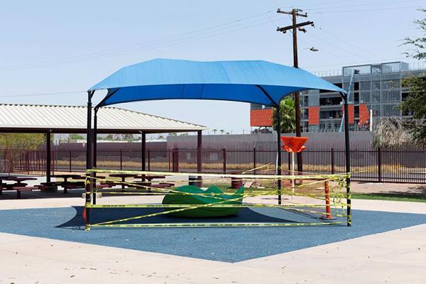 Khu vui chơi trong khuôn viên trường tiểu học Wilson bị niêm phong để hạn chế tiếp xúc.