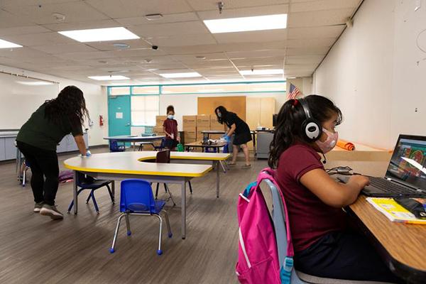 Học sinh tham gia học trực tuyến với sự hỗ trợ từ các cô trợ giảng tại trườngWilson.